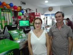 Rosa Lima, dona do estabelecimento, e o funcionário, Joaquim